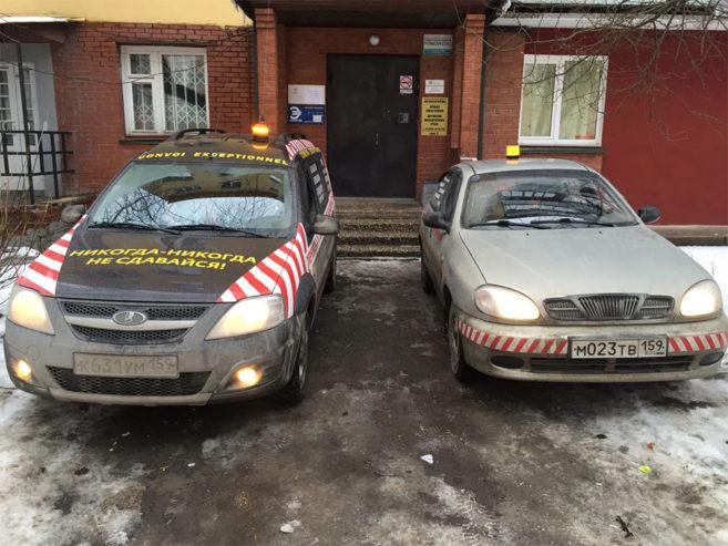 Машины сопровождения у офиса компании